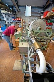 Wachszieher Toni Arnold hat den Extruder gestartet. Die Maschine presst das Wachs unter Druck in eine Zylinderform. (Bild Dominik Wunderli)