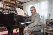 Neben der Musik bald mehr Zeit für Ferien, Kochen und ein Glas Wein: Peter Sigrist am Flügel in seinem Haus in Luzern. (Bild: Dominik Wunderli)