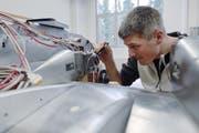 Ein Ingenieur der Ruag in Emmen bei der Arbeit. (Symbolbild Archiv/Neue LZ)