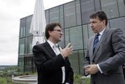 Der Zuger Regierungsrat Beat Villiger (links) im Gespräch mit Pascal Brenneisen, Leiter Novartis Schweiz, vor dem Novartis-Gebäude in der Suurstoffi. (Bild: Werner Schelbert / Neue ZZ)