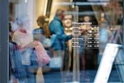 Im Kanton Luzern müssen Geschäfte – im Bild Charles Vögele an der Hertensteinstrasse – am Samstag um 16 Uhr schliessen. (Bild: Corinne Glanzmann (Luzern, 20. Juli 2017))