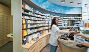 Eine Mitarbeiterin der Apotheke Wyss in Baden bedient Kunden: Ein Viertel der Apotheken in der Schweiz kämpft inzwischen ums Überleben. (Bild: Gaëtan Bally/Keystone (13. Juli 2012))