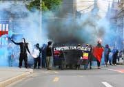 Vermummte Demonstranten, die auf ihrem bewilligten Zug durch die Stadt Luzern am vergangenen Samstag verbotenes Feuerwerk am Bahnhofplatz zünden. (Bild: Leserbild)