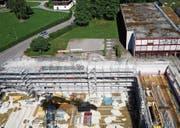 Noch ist die neue Dreifachhalle an der Kantonsschule im Bau.