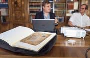 Fragment-Forscher William O. Duba von der Universität Freiburg und Stiftsbibliothekar Cornel Dora (rechts) stellen in der Stiftsbibliothek St. Gallen die digitale Plattform «Fragmentarium» vor, die heute eröffnet wird. (Bild: Michel Canonica)