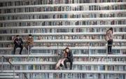 Die Tianjin-Binhai-Bibliothek in China umfasst eine Fläche von 33 700 Quadratmetern. (Bild: EPA/Roman Pilipey (Tianjin, 30. November 2017))