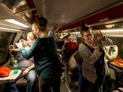 Die Handys sind bei den ersten Passagieren im neuen Gotthard-Tunnel omnipräsent. Neben Selfies kann auch gesurft werden, denn die Mobilfunkabdeckung sei durchgehend gut. (Bild: KEYSTONE/ALEXANDRA WEY)
