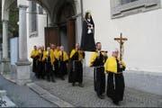Die barmherzigen Brüder vor der Pfarrkirche St. Martin in Altdorf (Bild: PD)