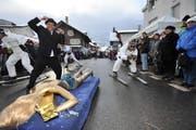 James Bond mit goldener Frauenleiche am Umzug in Schattdorf. (Bild: Urs Hanhart / Neue UZ)