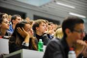 Der Schweizer Studierenden-Verband hat sich eingeschaltet und kritisiert die Finanzierung der neuen Wirtschaftsfakultät. Im Bild: Studenten im Hörsaal der Uni Luzern. (Bild: Corinne Glanzmann / Neue LZ)