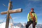 EIne Urner Bergführerin mit Gipfelkreuz. (Symbolbild PD)