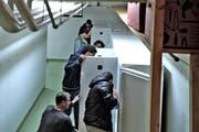Am 7. März zogen die ersten Asylbewerber in die neue Asylunterkunftt in einer Zivilschutzanlage in Buchrain ein – und inspizierten die noch leeren Kühlschränke. (Bild: Nadia Schärli / Neue LZ)