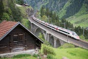 Ein Zug befährt die nördliche Gotthard-Bergstrecke zwischen Erstfeld und Göschenen bei Wassen.