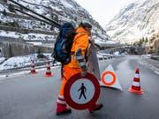 Können wieder weg: Die Sperrschilder auf der Gotthard-Passstrasse in der Schöllenenschlucht. (Bild: KEYSTONE/ALEXANDRA WEY)