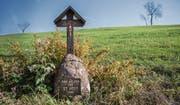 Der Stein mit dem hölzernen Kruzifix am St.-Jost-Rain erinnert an die Ägerer, die sich 1798 gegen die französischen Truppen gestellt haben.