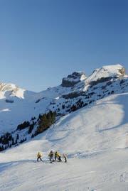 Schoenstes Winterwetter ueber dem Nebelmeer am 27. Dezember 2006 auf dem Hoch-Ybrig. Eine Gruppe Skifahrer am Rand der Piste. (Neue LZ/Markus Forte) Winter Skifahren Ski Snowboard Berge Tourismus (Bild: Archiv/ LZ)