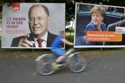 Plakate der beiden Kanzlerkandidaten in Duisburg. Bisher vermochte Steinbrück aber Merkel nicht in Bedrängnis zu bringen. (Bild: Keystone)