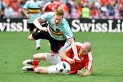 Der Schweizer Verteidiger Philippe Senderos (in Rot-Weiss) stoppt Belgiens 2:1-Torschützen Kevin De Bruyne mit einem Foul. (Bild: Martin Meienberger/Freshfocus (Martin Meienberger))