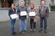 Vertreter der städtischen SVP bei der Übergabe der Initiative «200'000 Franken sind genug».. (Bild: PD)