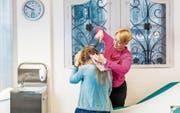 Kristina Keller entnimmt eine Haarprobe im Stützpunkt der Verkehrsmedizin der Universität Zürich. (Bild: Nadia Schärli (Luzern, 18 Februar 2018))