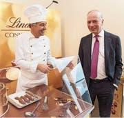 Chocolatier Urs Liechti (links) und Lindt-CEO Dieter Weisskopf. (Bild: Melanie Duchene/Key (Kilchberg, 6. März 2018))