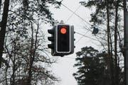 Während der Bauarbeiten auf der Zugerstrasse wird der Verkehr mit Hilfe einer Ampel geführt. (Symbolbild) (Bild: Keystone)