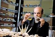 «Bei angenehmen Parfüms ist es wie bei einer bequemen Hose: Man bemerkt sie gar nicht mehr»: Vincent Micotti in seinem Reich der Düfte. (Bilder Nadia Schärli)