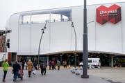 Die Mall of Switzerland wird sehr gut besucht. Doch dies führt zu arg stockendem Verkehr auf den Strassen rund um das Einkaufszentrum. (Bild: Alexandra Wey (Ebikon, 08.11.2017))