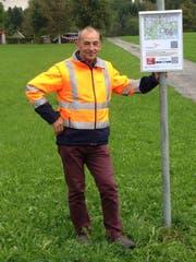 Peter Hugener vom Verein Zuger Wanderwege mit einer der neuen Infotafeln. (Bild: PD)