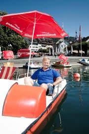 «Ich hatte immer schon eine grosse Affinität zum Wasser»: Marcello Schöpflin, Bootsvermieter am Zuger Landsgemeindeplatz. (Bild Manuela Jans)