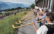 Urchig schön: Alphornbläser beim Hotel Edelweiss auf Rigi Staffel. (Bild: Nadia Schärli (16. Juli 2017))