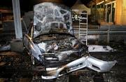 Der noch halb auf den Gleisen stehende, ausgebrannte Unfallwagen. (Bild Pius Amrein/Neue LZ)