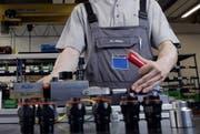 Ein Mitarbeier bei Trumpf in Baar an einer Messmaschine. (Bild: Werner Schelbert / ZZ)