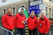 Das OK mit dem Präsidenten Hugo Schärer (rechts) konnte den Läufern zu Wettkampfbeginn eine schneefreie Strecke präsentieren. (Bild: Thomas Bucheli)
