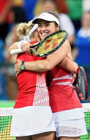 Hingis und Bacsinszky nach ihrem Erstrunden-Sieg gegen die Australierinnen Gavrilova/Stosur. (Bild: Keystone/Laurent Gilliéron)