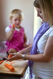 Alleinerziehende Mütter erhalten auch künftig vom Kanton keine Ergänzungsleistungen. (Symbolbild Keystone/Gaetan Bally)