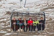 Die Ehrengäste lassen sich von der neuen Sesselbahn hinauftragen. (Bild: PD)