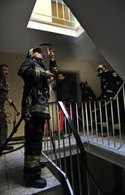 Die Feuerwehr im Treppenhaus. (Bild: Nadia Schärli/Neue LZ)