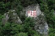 Das jurassische Wappen schmückt den Fels oberhalb von Moutier. (Bild: Jean-Christophe Bott/Keystone (23. Mai 2017))