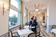 Ein Mitarbeiter deckt die Tische im Frühstücksraum des Hotels Palace. (Bild: Dominik Wunderli (Neue LZ))