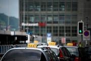 Taxis warten vor dem Bahnhof Luzern auf Kundschaft. (Symbolbild) (Bild: Pius Amrein / Neue LZ)