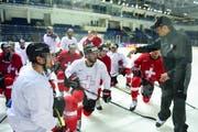 Patrick Fischer erklärt seinem Team im Training, wie es gegen Russland spielen soll. Nach wie vor gilt das Motto: Angriff ist die beste Verteidigung. (Bild: Freschfocus / Victor Berezkin)