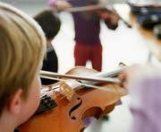Die geplante Halbierung der Kantonsbeiträge für Musikschul-Unterricht sorgt für Widerstand. Mehrere Gemeinden führen dazu einen Aktionstag durch. (Symbolbild) (Bild: Keystone/Gaetan Bally)