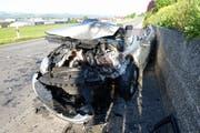 Eines der beteiligten Unfallautos. Schwer beschädigt wartet es am Strassenrand auf seinen abtransport. (Bild: Luzerner Polizei)