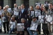 Ehemalige Verdingkinder und Opfer von fürsorgerischen Massnahmen posieren mit Kinderfotos vor dem Bundeshaus (Archivbild). (Bild: Lukas Lehmann / Keystone)