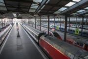 Der Bahnhof von Luzern ist zurzeit noch leer. Bereits am Montagmorgen können hier wieder Pendler mit dem Zug reisen. (Bild: KEYSTONE/Urs Flueeler)