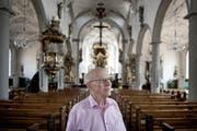 Theologe Walter Bühlmann (77), hier in der katholischen Kirche in Sursee, hat beim Schreiben seiner Bücher stets die Menschen auf den Kirchenbänken vor Augen. (Bild: Pius Amrein / Neue LZ)