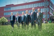 Hans Urs-Baumann, Viktor Sigrist, Marcel Schwerzmann, Ruedi Burkard, Reto Wyss und Robert Küng (von links) auf der Horwer Campus-Wiese, die in den nächsten Jahren überbaut werden soll. (Bild: Boris Bürgisser (6. Juli 2017))