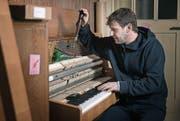 Freut sich, das «Sauter» wieder auf Vordermann zu bringen: Klavierstimmer Marco Schranz. (Bild: Corinne Glanzmann (Emmenbrücke, 9. Februar 2018))