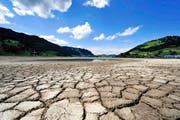 Wasser als Mangelware: Der Sihlsee bei Euthal war im Mai 2011 ziehmlich weit abgesunken. (Bild: Sigi Tischler/Keystone)